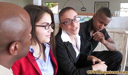 La chorale des porno x chinois filles est entrée dans le poulailler.