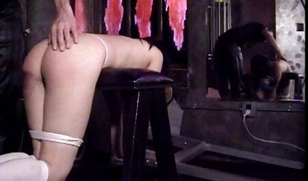Le professeur nu aime le sexe sur une table avec un homme excité. le porno chinois