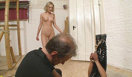 Un homme fort a une putain passionnée qui lui massage chinois porno tient la main.