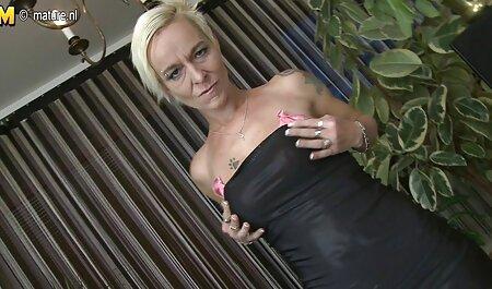 La caméra cachée a filmé la femme massage chinois porno de chambre porno avec son maître.