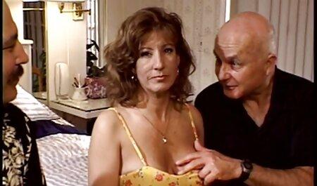 Cavalier mange les je veux porno chinois cheveux bouclés de la fille dans son anus et son vagin.
