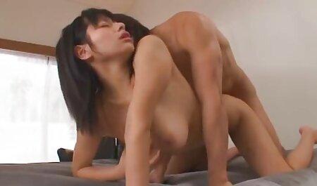Le jeune homme sert le film porno chinois deux amants.