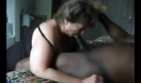 L'homme nu a film pornographique chinois déchiré deux copines avec une grosse bite.