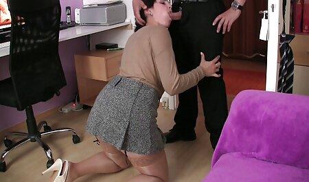 Les jolies filles apprennent à sucer un gros porno dessin animé chinois jouet sexuel.