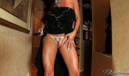 Nikki doigts avec une douce sex film chinois dans le jardin