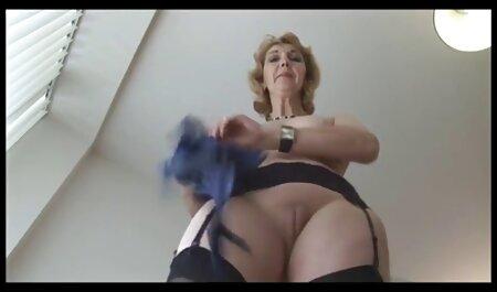 Blonde était assise film x chinois gratuit dans les escaliers et saupoudrée de boulettes.