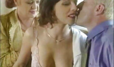 Une grosse femme qui joue les films porno chinois dans le porno privé.